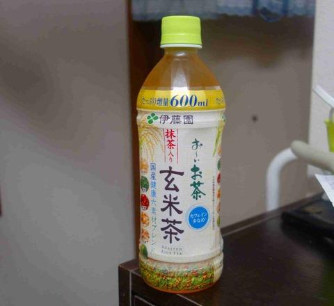 今日の飲み物 香ばしくスッキリとした味わいのたっぷり増量600mlお~いお茶抹茶入り玄米茶は暖房の効いた部屋で飲むのにぴったりな一品です。