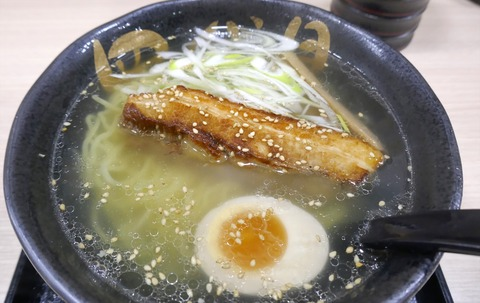 たまに行くならこんな店 函館駅近くでサクッと函館系ラーメンを食べたい時に便利な「函館麺屋四代目」で、デカぶっといチャーシューが乗った「四代目炙り塩ラーメン」を喰らう!