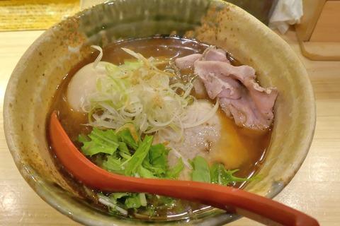 たまに行くならこんな店 道玄坂真っ只中にある「焼きあご塩らー麺 たかはし 渋谷店 」で、淡麗ながらもアゴの旨味に満ちた「味玉入り焼あご塩らー麺」を食す!