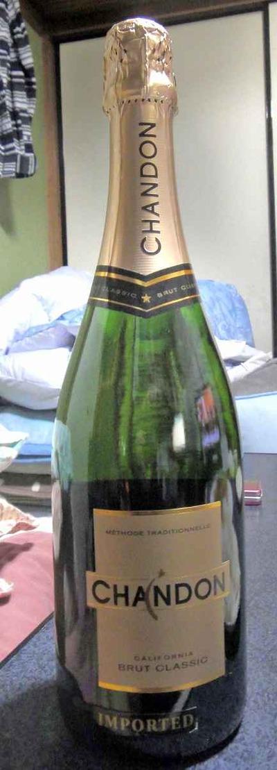 今日の飲み物 MHD(モエ・ヘネシー・ディマジオ)が日本で正規代理店でないアメリカ版ドメーヌ・シャンドンは安くてすっきりと飲みやすいスパークリングワイン!なのでオススメ