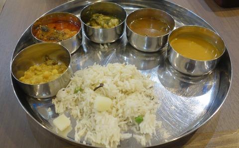 たまに行くならこんな店 神保町駅チカで本格的な南インド料理が楽しめる「シリ バラジ 水道橋店」では、土日限定で南インド料理をビッフェ形式でしっかりいろいろと楽しめます