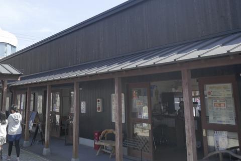 たまに行くならこんな店 銚子駅チカな銚子セレクト市場にある「cafe+軽食だん」では、ヤマサの工場とここだけでしか楽しめない「しょうゆソフトクリーム」が楽しめます」