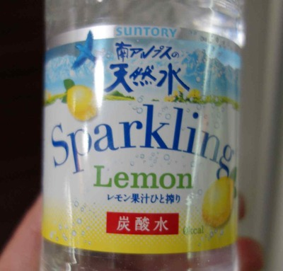 今日の水 「南アルプスの天然水スパークリング レモン果汁ひと搾り」は甘みがなくて硬度も低く、スッキリ飲みやすい炭酸系フレーバーウォーターです。