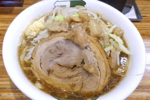 たまに行くならこんな店 富田系列の二郎インスパイヤなラーメンが楽しめる「雷 松戸駅東口店」で、ゴリゴリ食感の麺と甘味、塩気、旨味がマッチしたスープが馴染む1杯を食す!