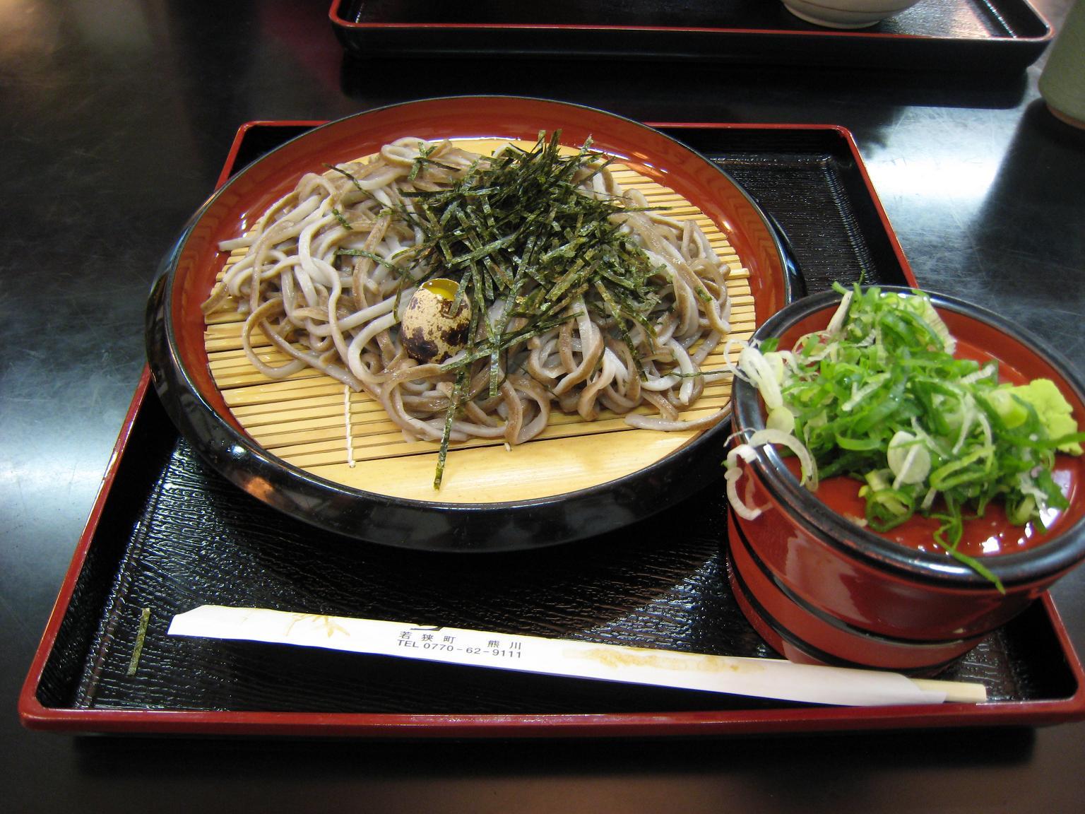 たまに行くならこんな店 うそばと呼ばれるうどんとそばが表裏一体になった珍メニューが食せる「四季彩館」は道の駅若狭熊川宿の中にあります