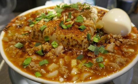 たまに行くならこんな店は アキバ真っ只中にある「麺屋武蔵 厳虎」で、辛くて豆腐がどっかーんと豪快に乗った「豆腐一丁辣~麺」を食す