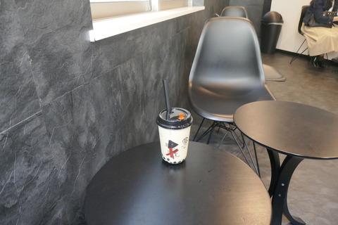 たまに行くならこんな店 入口前のドリンクオブジェが目立つ「茶言 TEA Theory 浅草店」で、タピオカの食感とミルキーな風味や紅茶の香りが効いた「ブラックミルクティー」を飲み干す
