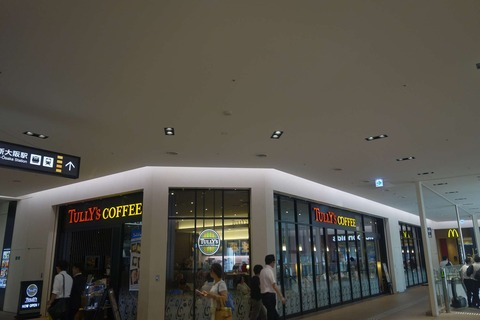 たまに行くならこんな店 新幹線の改札からも近い「タリーズコーヒー新大阪阪急ビル店」は、新幹線乗車前にさくっと喉を潤したい時にオススメ