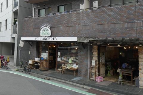 たまに行くならこんな店 代々木上原ゾーン真っ只中にある「ルヴァン 富ヶ谷店」は、とにかくバケットが小麦の風味濃厚でうまし!加えてクープも固くて満足!