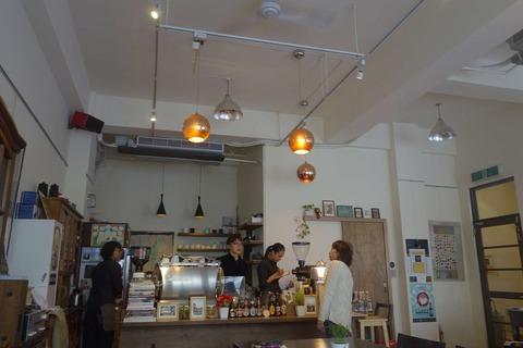 たまに行くならこんな店 台北駅からほど近い乾物品の街「迪化街」でサードウェーブコーヒーが楽しめる「爐鍋咖啡」は、お洒落空間の中で台湾ならではの台湾珈琲も楽しめるお店です