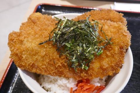 たまに行くならこんな店 西武秩父駅構内のフードコートにある「秩父わらじカツ亭」で、小鹿野町の郷土料理「わらじカツ」を食す!