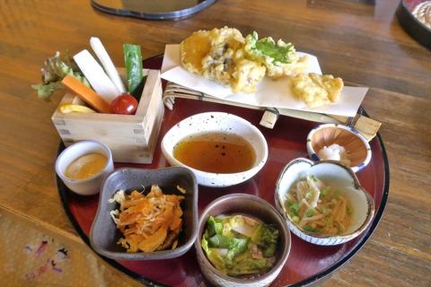 たまに行くならこんな店 塩山駅チカな「甲州ほうとう完熟屋」で、野菜たっぷりで熱々なほうとう定食を食す!