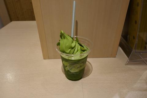 たまに行くならこんな店 京都駅八条口にある「祇園辻利 京都駅八条口店」で、甘さと抹茶の風味が活きた「グリーンティーフロート」を飲み干す!