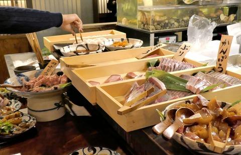 たまに行くならこんな店 神田の魚のニューウェーブ「大和屋 音次郎」ではランチ限定890円でウマウマな刺し身やおかずが食べ放題! 既に異様な人気っぷりにビックリ!