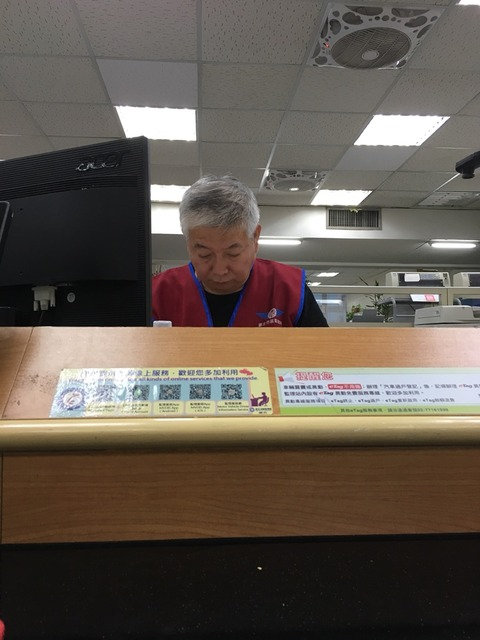 台湾の免許証を作ってる様子