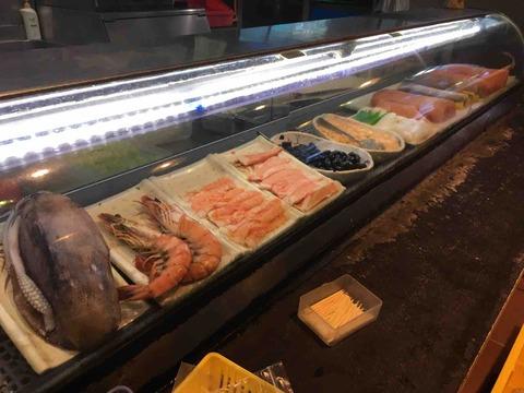 打咔生猛活海鮮のカウンター