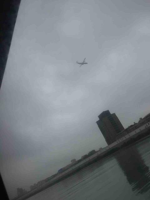 船の中から飛行機が見える