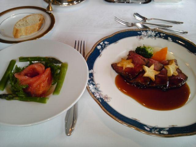 牛ロースのポアレ・若松産トマトとアスパラガスのサラダ
