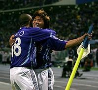 小野と抱き合う佐藤