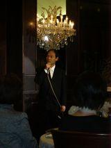 スピーチで場を盛り上げるO村氏、緊張で髪が。。。