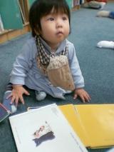 図書館デビューのhina。どの本読むか迷うなぁ。