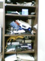 僕の書棚、ありゃまぁ汚いこと。見なかったことにしよ〜っと。