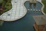 部屋から中庭のプールを眺める