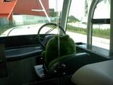 運転するモリゾーさん、ハンドル握ってないやん!