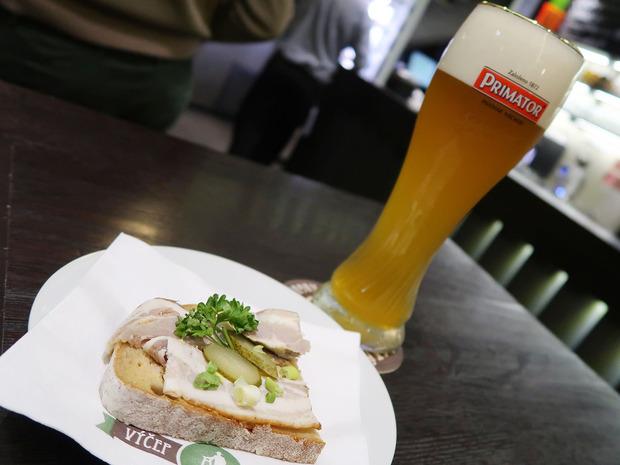 オープンサンドと白ビール