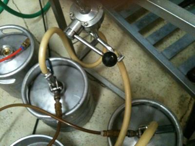 樽詰め機。ビールを樽に詰めます!