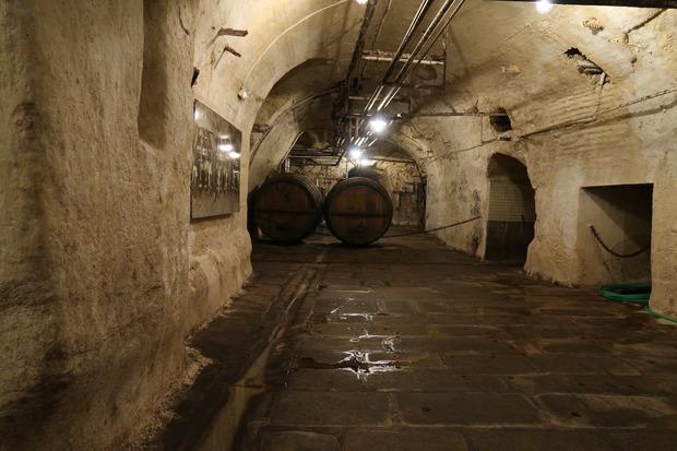 樽も転がる地下室