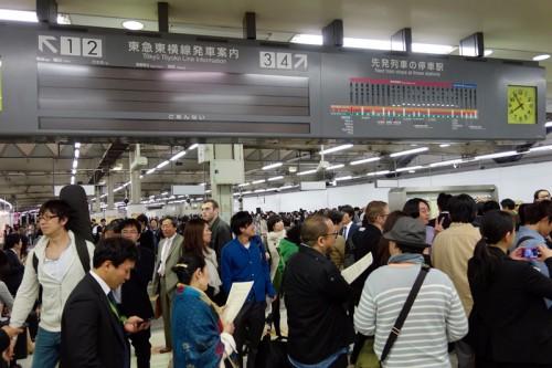 駅には人がたくさん