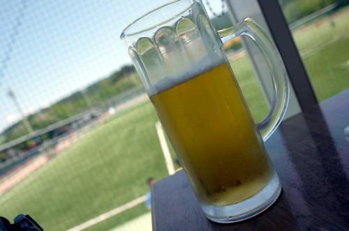 サッカーを見ながらビール