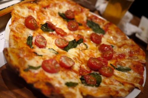 トマトとルッコラのピザ
