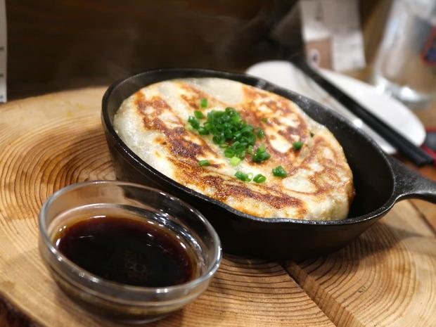 鉄なべ餃子(550円)