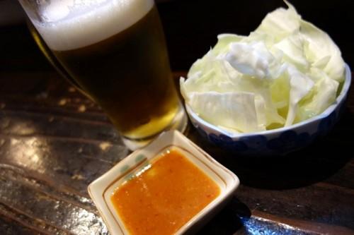 串清 ビールはヱビス、お通しはキャベツ