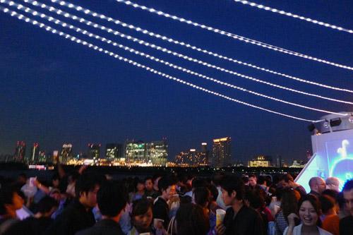 大賑わいの東京湾納涼船