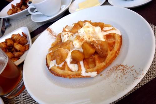 ベルギーワッフル 季節のフルーツとホイップクリーム
