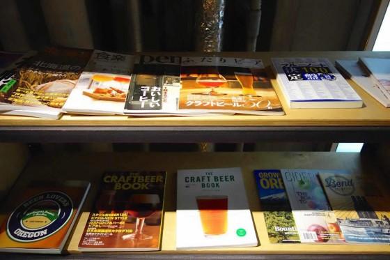 書籍が並ぶ棚