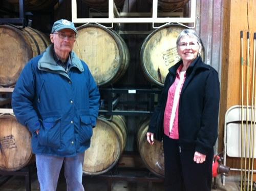 樽熟成中ビールの前のオ州酒ママとパパ