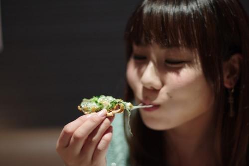 ピザを食べる美人