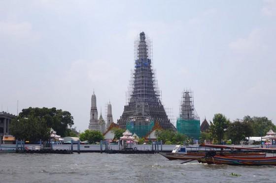 改築中の寺院