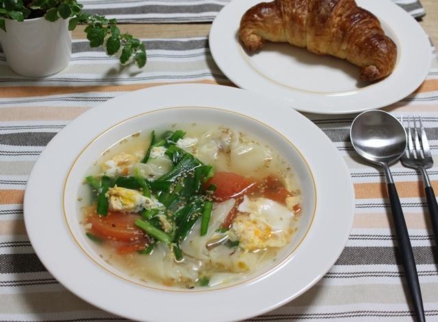 ■にらとトマトと玉子のスープ えびワンタンもいれちゃった