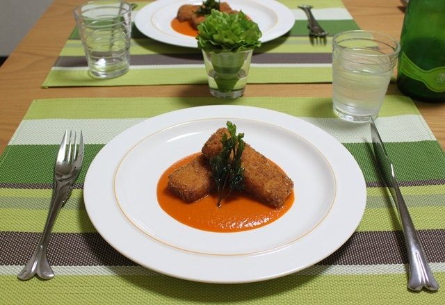 ■カニクリームコロッケ のオレンジ色のソース
