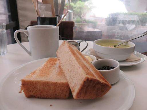 緑が気持ちい青山のカフェでモーニング中  続き書いたよ