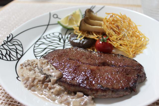 ■晩ごはん ~牛肉のステーキ 椎茸の軸と味噌ソース キノコとじゃがものガレット