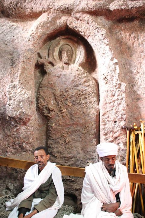 岩窟教会内部と聖職者