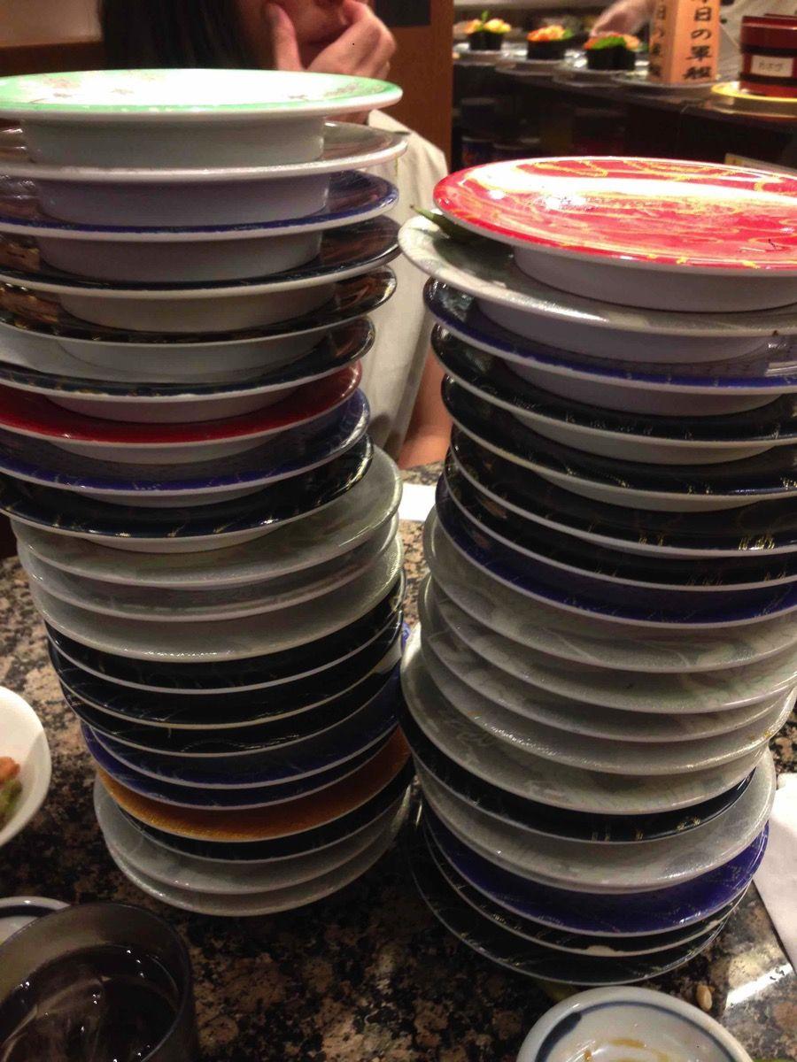 溜まった寿司皿