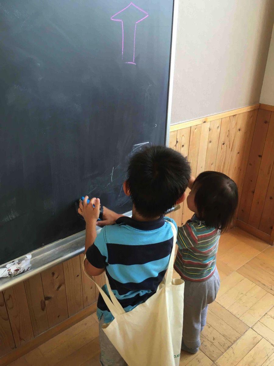 黒板で遊ぶ子ども達