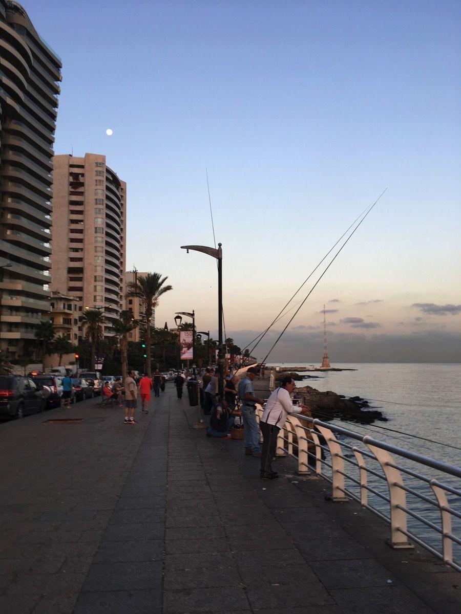 釣りをしている人々